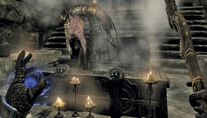 Szerencse, hogy valaki mindig hoz új gyertyákat ebbe az elhagyatott szentélybe.